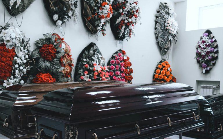 Гробы, венки, кресты, ленты и др.